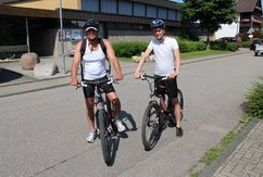 Peter en Tim op de mountainbike.