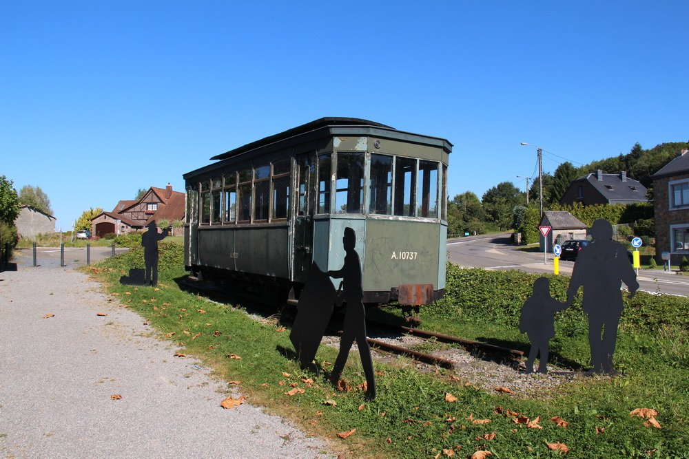 Oud tramrijtuig langs de weg Rue Haute in Hotton  7 september 2016